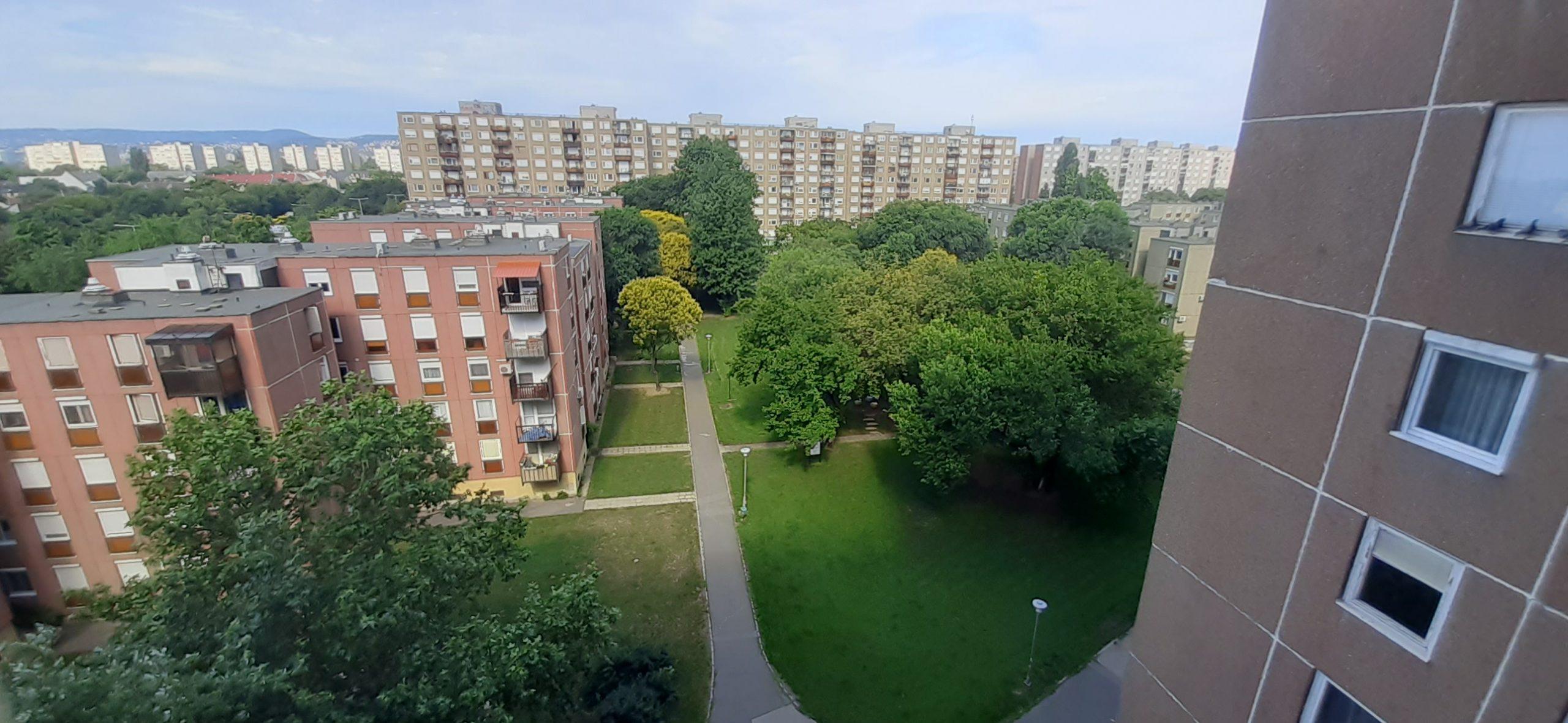 Napfényes, parkra néző, erkélyes lakás!